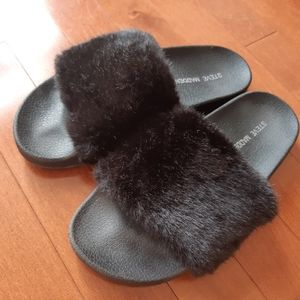 3 for $30 ⭐️ Steve Madden Furry Slides - kids